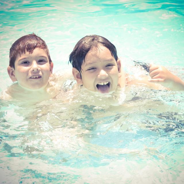 Enfants qui se baignent < Center Parc < Chamouille