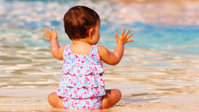 Bébé au bord de l'eau < Center Parc < Chamouille